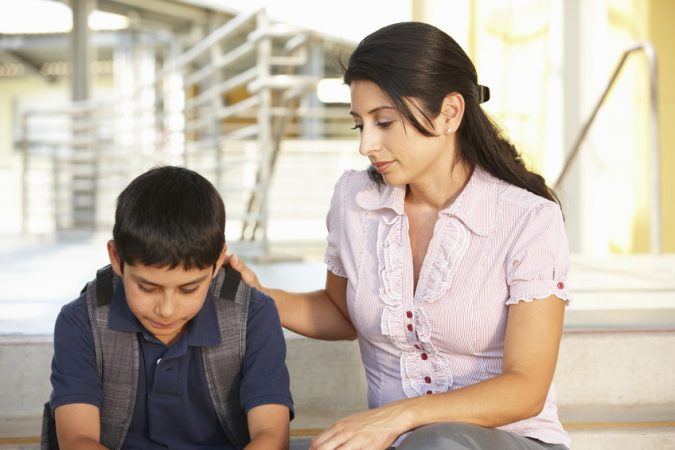 maestra con niño