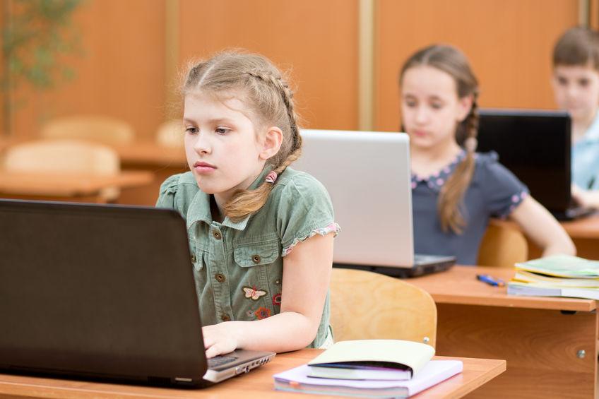 niños con computadora