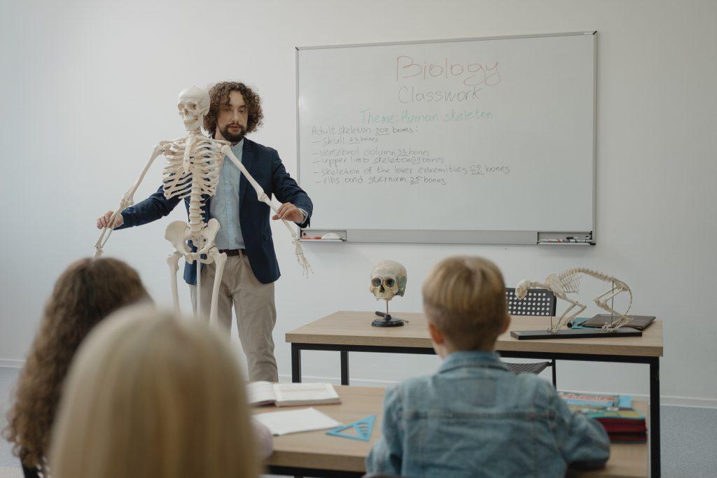 hombre con esqueleto