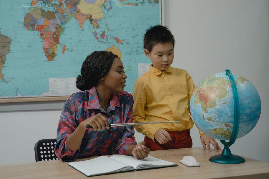 profesora con niño