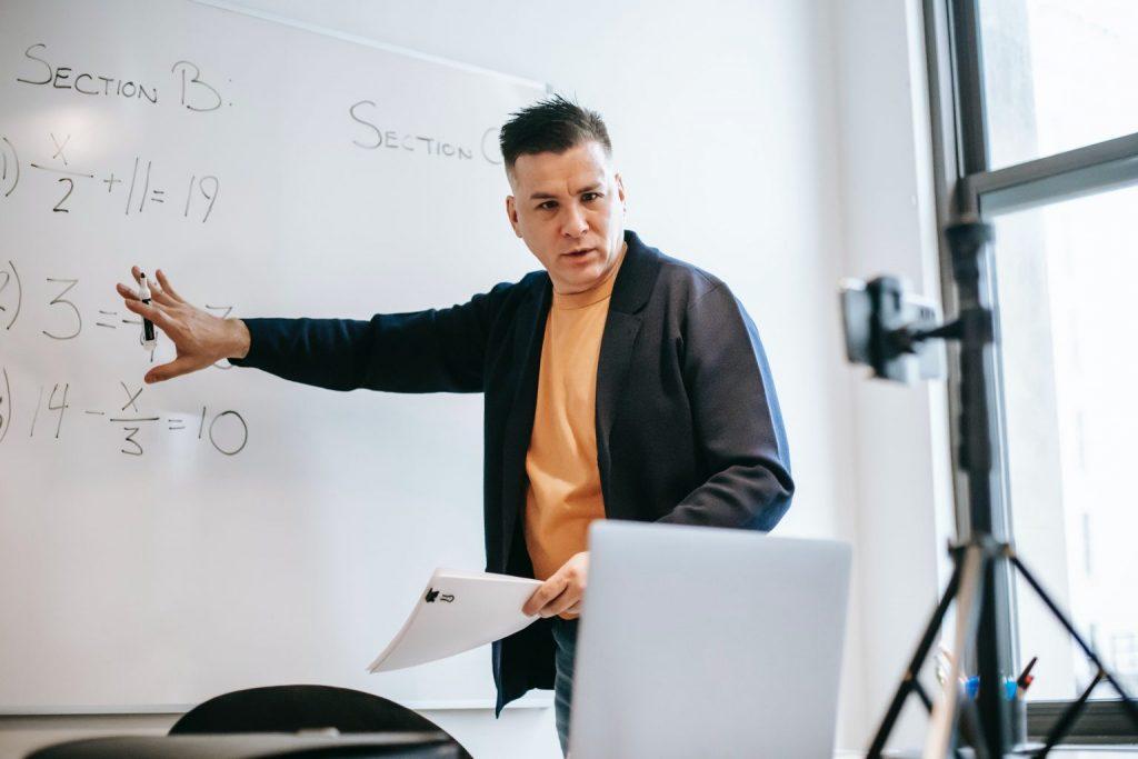 profesor dando clases desde computadora