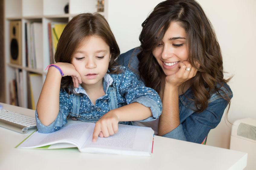 chica estudiando con hija