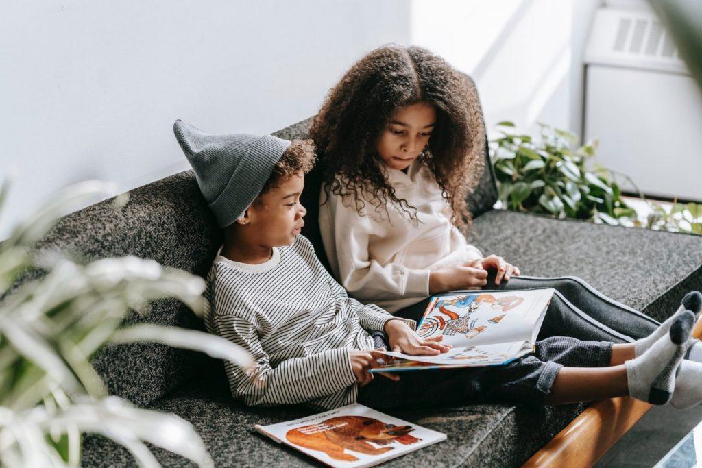 hermanos leyendo