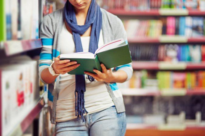 estudaindo en biblioteca
