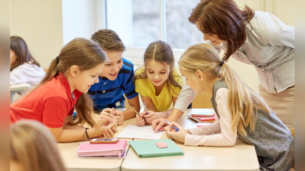 maestra con equipo