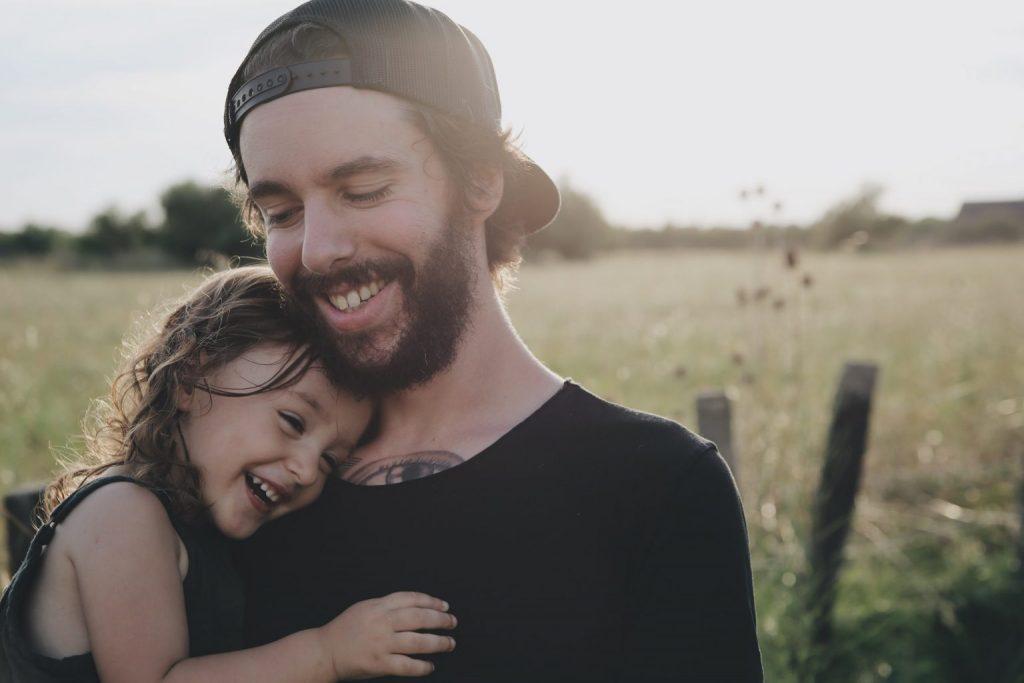 chico con niña