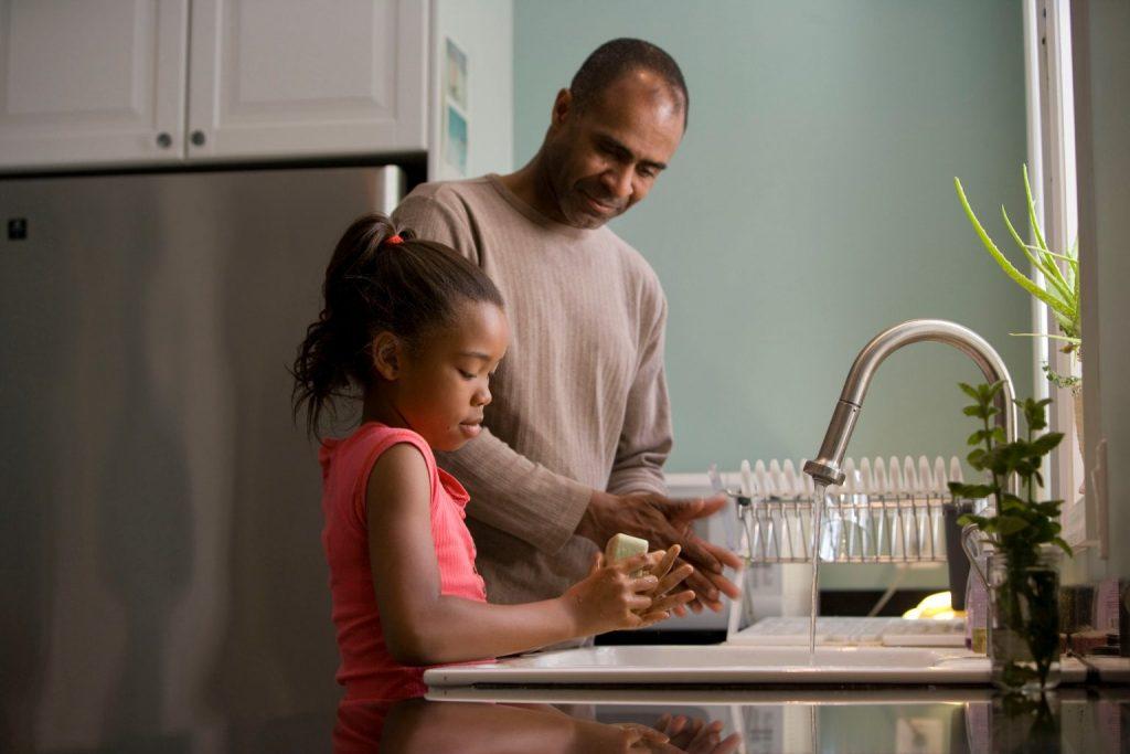padre lavando platos