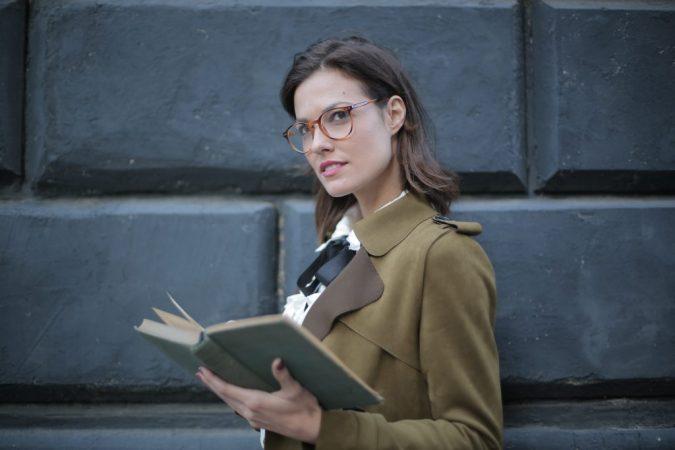 profesora con libro en mano