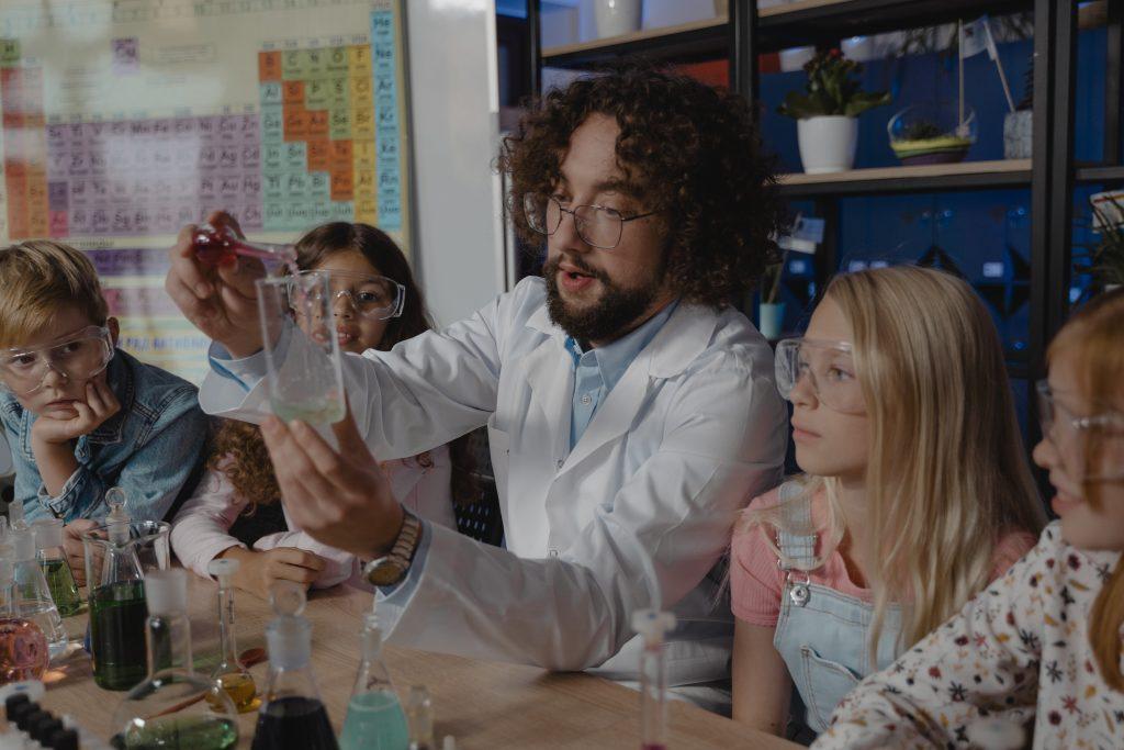profesor enseñando quimica