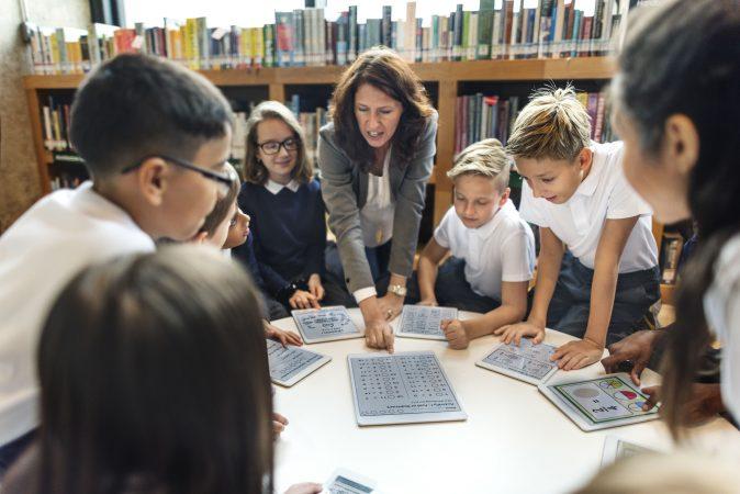 maestra con alumnos atento s