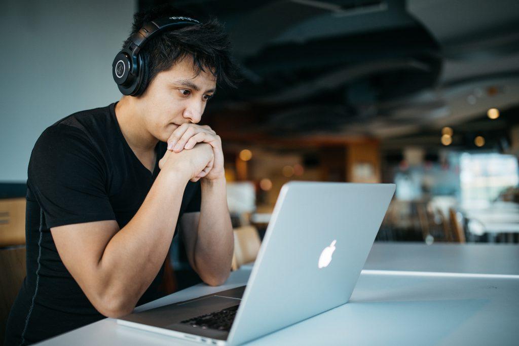 chico en clases online