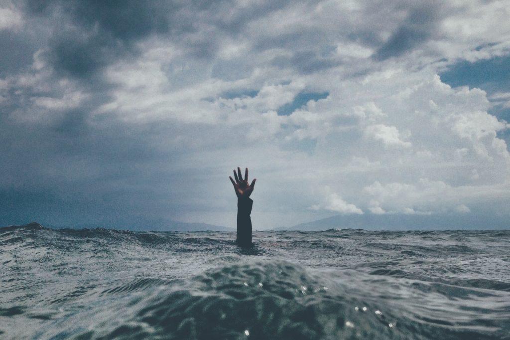persona en el mar