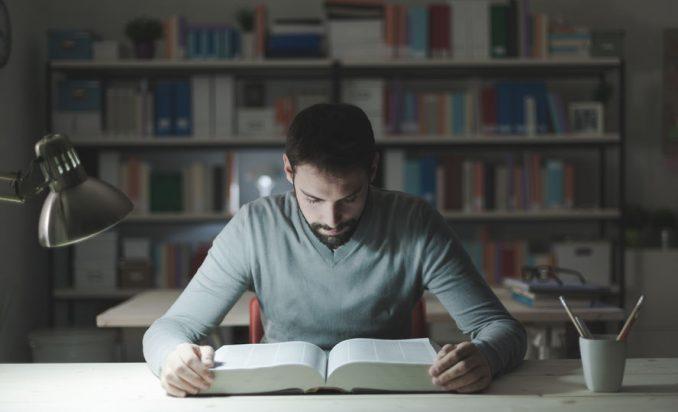 chico con biblioteca